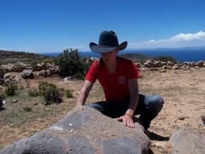 Alexander Gottwald von 2012-Insider führt eine Zeremonie zur Verankerung der Pingala Nadi der Erde auf der Isla del Sol durch