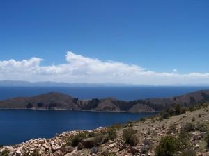 Blick vom Platz der Verankerung der Pingala Nadi der Erde über Isla del Sol und Titicacasee